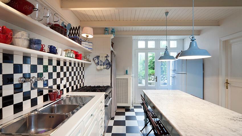 ladrilho preto e branco na cozinha